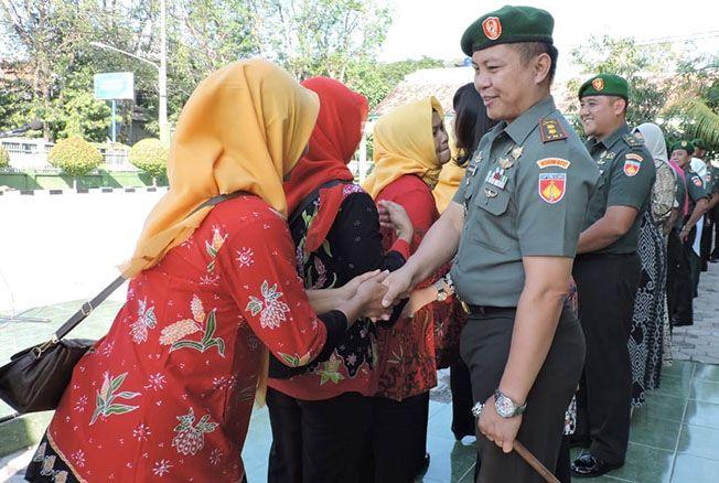 HALALBIHALAL: Dandim 0717/Purwodadi Letkol Inf Asman Mokoginta halalbihalal dengan anggotanya.
