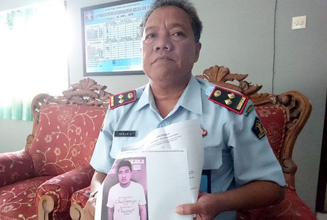DILACAK: Kepala Lapas Kelas II B Pati menunjukkan foto narapidana yang kabur pada Minggu (18/6) lalu.