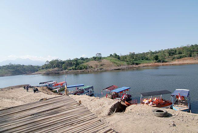 UTAMAKAN KESELAMATAN: Sejumlah perahu masih beroperasi di kawasan Bendungan Logung melayani wisatawan keliling menggunakan perahu wisata.