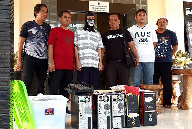 TUNTAS: Penyidik Reskrim Polres Pati menyerahkan barang bukti dan tersangka kasus Koperasi 26 ke Kejari Pati kemarin.