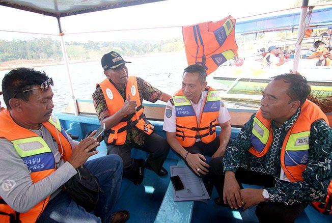 TINDAK TEGAS: Bupati Kudus M Tamzil dan Kepala Disbudpar Kudus Kasmudi meninjau perahu wisata di Bendungan Logung kemarin.