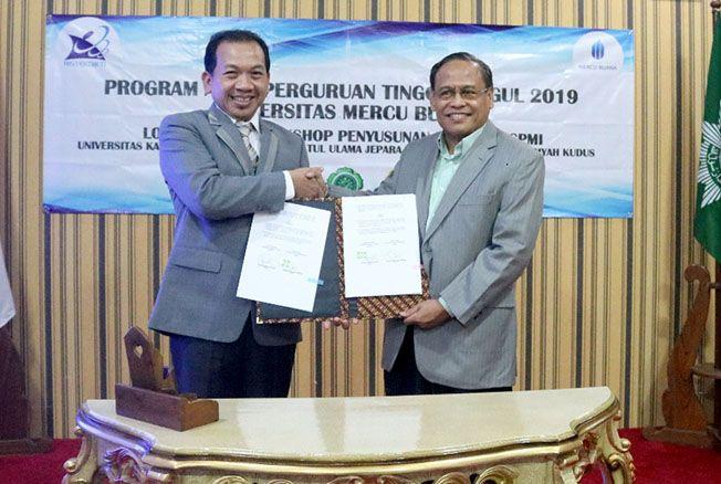 TINGKATKAN MUTU PENDIDIKAN: Rektor UMKU Rusnoto (kiri) menandatangi kerja sama dengan Universitas Mercubuana Jakarta (UMB) yang ditandatangani langsung oleh Prof Ngadino Surip (kanan) selaku rektor kemarin. Upaya itu dilakukan untuk meningkatkan mutu kual