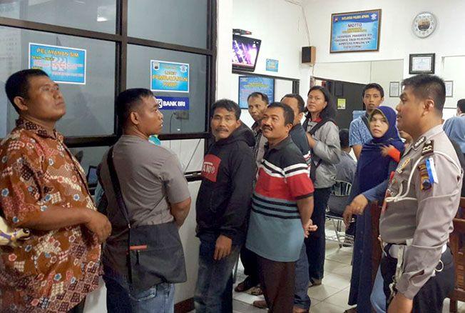 PELAYANAN: Petugas memberikan penjelasan kepada masyarakat yang sedang mengurus SIM di Polres Jepara belum lama ini.