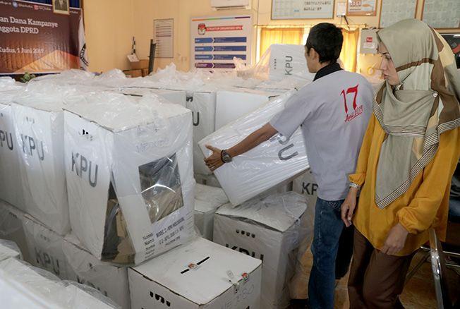 KOTAK SUARA DIBONGKAR: Puluhan kotak surat suara resmi dibongkar di aula KPU Kudus untuk menentukan keabsahan perolehan suara dari calon legislatif.