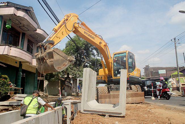 PASANG: Alat berat menempatkan beton drainase di jalan nasional Jepara kemarin. Meski didominasi jalan yang bergelombang dan berlubang, jalan nasional tahun ini hanya ada pekerjaan peningkatan sepanjang satu kilometer.