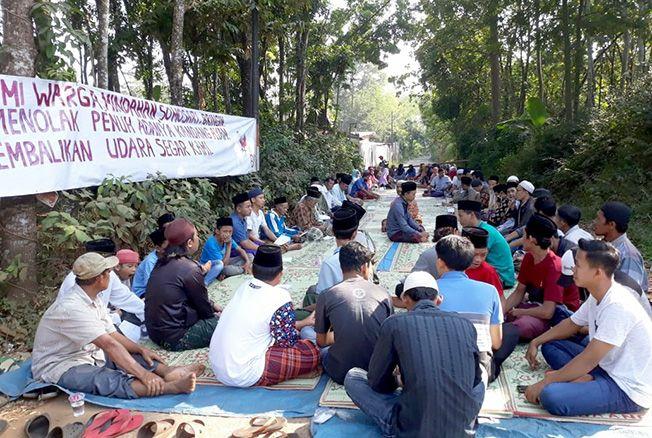 TOLAK: Ratusan warga menggelar doa bersama sebagai wujud penolakan berdirinya kandang ayam di Desa Somosari, Batealit belum lama ini.