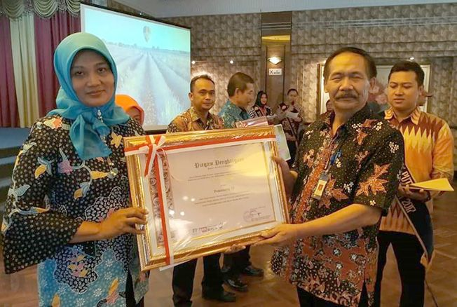 PRESTASI: Kepala SMPN 5 Pati Sofia Bardina saat menerima penghargaan wajah bahasa sekolah Jawa Tengah 2019