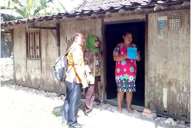 MEMANTAU: Petugas Puskesmas mengunjungi setiap rumah untuk memantau jemantik di Desa Pulorejo, Kecamatan Purwodadi.
