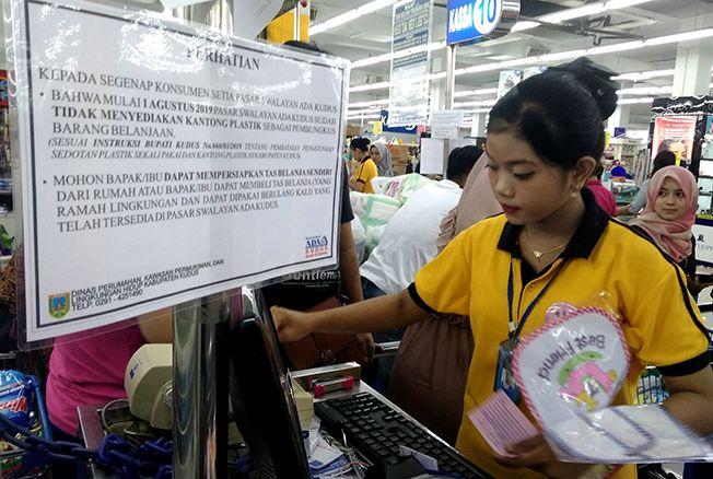 ATURAN BARU: Pihak managemen ADA Swalayan Kudus telah memasang pengumuman terkait instruksi Bupati tentang penggunaan kantong plastik di tempat kasir.