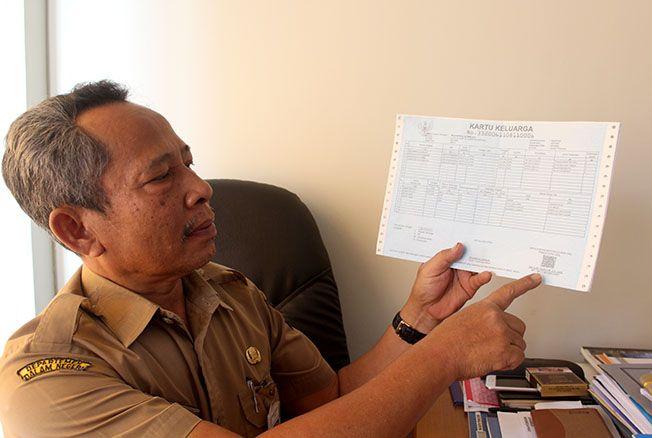 TUNJUKKAN: Kepala Bidang Pengelolaan Informasi Administrasi Kependudukan Susetiyo menunjukkan tanda tangan elektronik pada kartu keluarga kemarin.