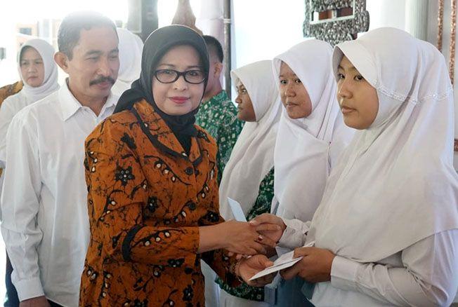 DIBERI BANTUAN: Ratusan anak asuh SD/SMP/SMA sederajat mendapatkan bantuan di Pendopo Pati.