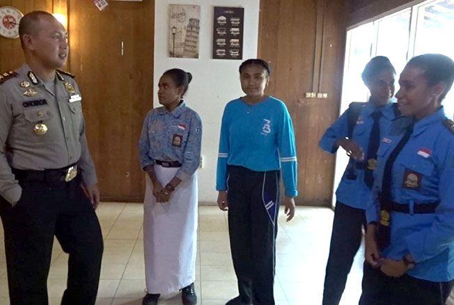 BERBINCANG: Kapolres Grobogan AKBP Choiron El Atiq berbicara dengan siswa SMA N 1 Toroh yang berasal dari Papua Barat.