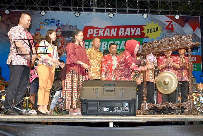 BUKA PEKAN RAYA: Bupati Sri Sumarni membuka pameran produk Grobogan dalam Pekan Raya di alun-alun Purwodadi pada (22/8) malam.