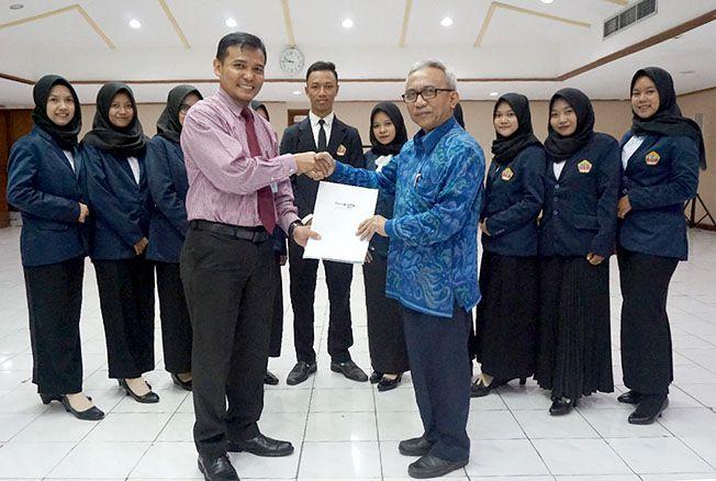 SERAH TERIMA: Department Head Learning Center Division PT BTN M. Takdir Munir menyerahkan MOU kerja sama kepada WR IV UMK Dr. Subarkah kemarin.