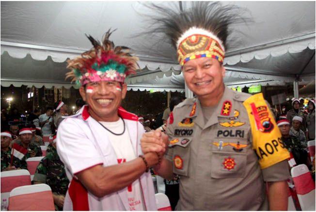 SALAM HANGAT: Direktur Radar Kudus dan Radar Semarang Baehaqi salam komando dengan Kapolda Jateng Irjen Pol Dr H Rycko Amelza Dahniel yang menjadi pembuka video Pagelaran Seni Budaya Nusantara di chan