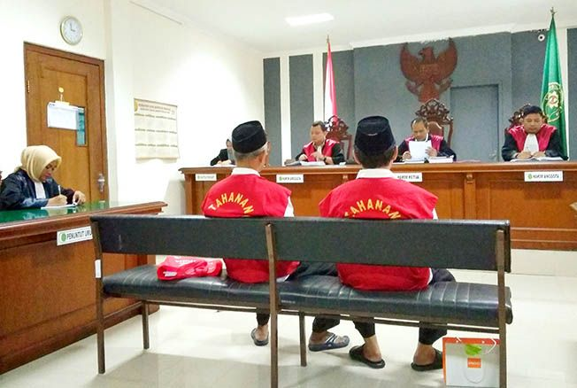 SIDANG PUTUSAN SELA: Majelis hakim tengah membacakan putusan atas nota keberatan Lilik Riyanto dan Zamhuri dalam perkara dugaan penggelapan uang YP UMK.