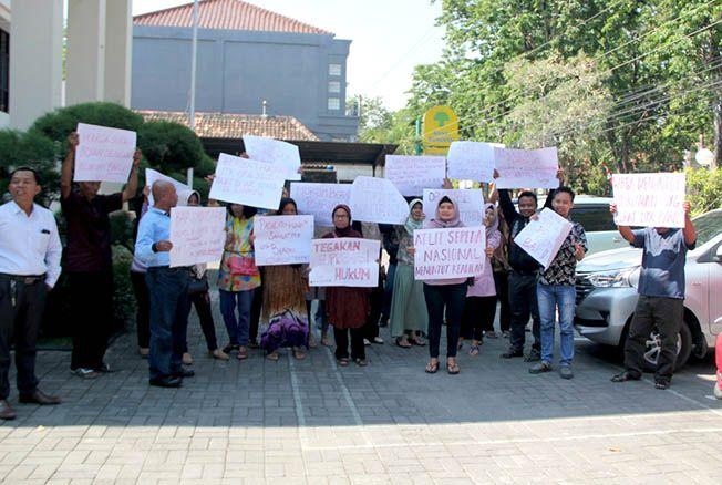 BERHARAP KEADILAN: Puluhan warga Sanggrahan, Desa Getasrejo, Kecamatan Grobogan menyampaikan aspirasi di halaman Pengadilan Negeri Purwodadi Kelas IB, kemarin.