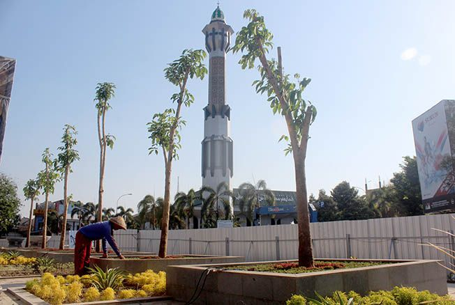 PERLU PEMBENAHAN: Beberapa pekerja tengah mengebut proyek revitalisasi Alun-alun Pati kemarin sore