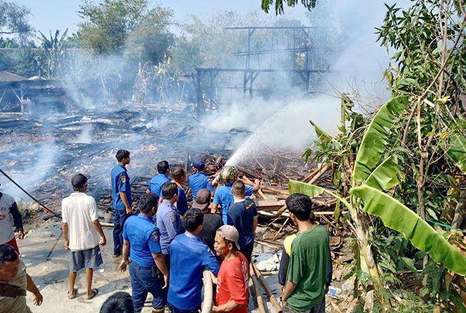 TAMBAH POS DAMKAR: Salah satu aksi petugas damkar memadamkan kebakaran di Kabupaten Grobogan baru-baru ini.