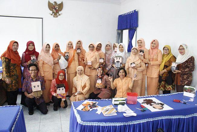 PELATIHAN: Tim PPUPIK PGSD UMK melaksanakan pelatihan pembuatan alat peraga edukatif kepada masyarakat para orang tua yang hadir dalam kegiatan Dharma Wanita Dinas Perhubungan Pati beberapa waktu lalu.