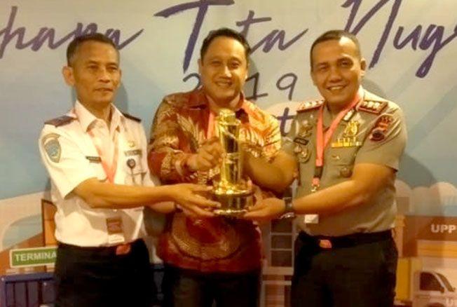 PEROLEH PENGHARGAAN: Wabup Pati Safin, Kapolres Pati Jon Wesly, dan Kepala Dishub Pati Sudarlan usai menerima penghargaan WTN di Jakarta kemarin.