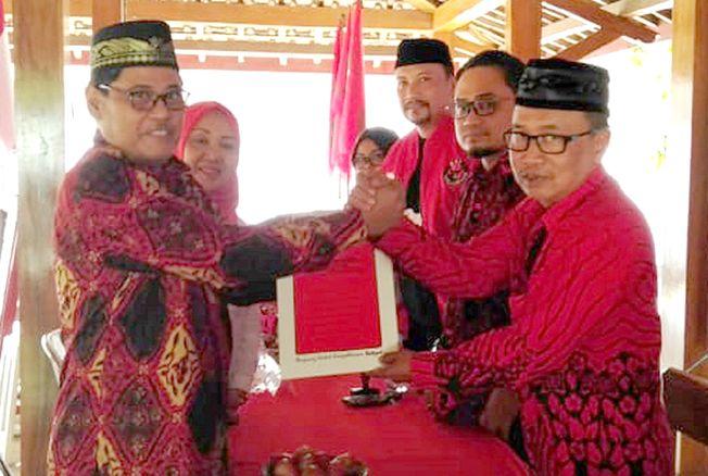 AMBIL FORMULIR: Daryanto politisi Golkar ikut mengambil formulir pendaftaran bacawabup Grobogan periode 2020-2024 di kantor DPC PDI P, Selasa (17/9), kemarin.