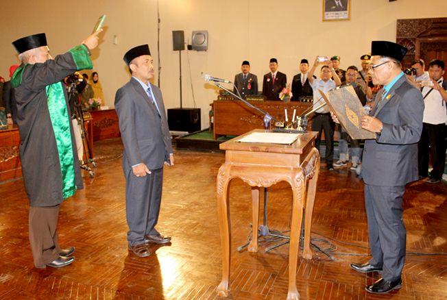 DILANTIK: Wakil Ketua DPRD Grobogan Moch Fatah (kanan) melantik dan mengambil sumpah jabatan Sutarno anggota DPRD Grobogan dari partai PAN dalam rapat paripurna ke 26, Jumat (20/9) lalu.
