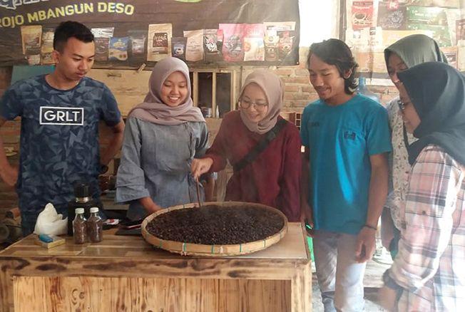 OLAH KOPI: Seorang anak muda melakukan roasting kopi secara manual menggunakan kreweng.