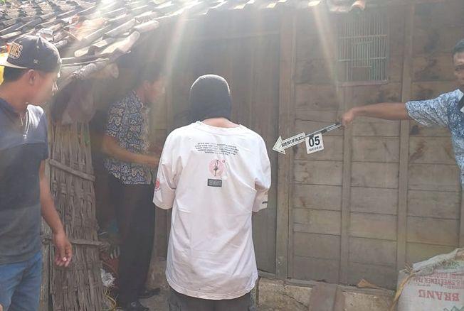 OLAH TKP: Aparat Kepolisian Polres Blora saat melakukan olah TKP di kediaman korban, Ratmiyati di Desa Klagen, Kecamatan Kedungtuban kemarin.