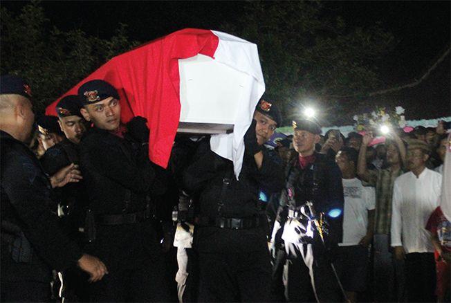 PROSESI PEMAKAMAN: Prosesi upacara serah terima jenazah personel brimob Bharatu Anumerta Hadi Utomo Kamis (26/9) malam lalu. Korban termasuk salah satu pengawal pesawat yang jatuh di Timika, Papua