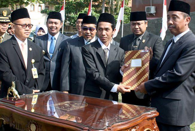 SEMRINGAH: Bupati Rembang Abdul Hafidz menyerahkan hasil Naskah Perjanjian Hibah Daerah pada Ketua KPU Rembang M Ika Iqbal Fahmi, dan Ketua KPU Rembang disaksikan Forkompimda kemarin.