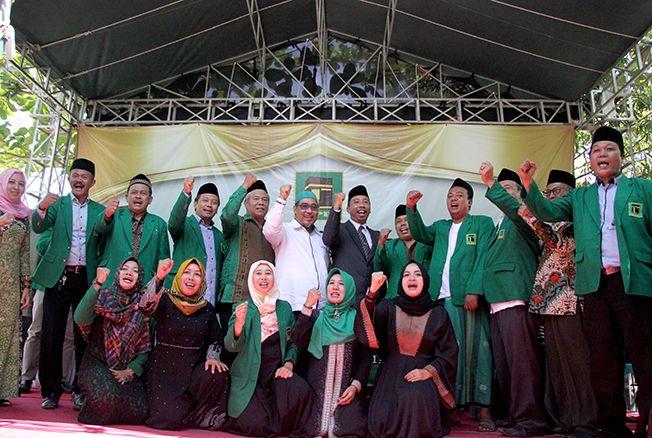 TETAPKAN CALON: Abdul Hafidz (berdiri tengah) bersama Ketua DPC PPP Rembang Majid Kamil (putih) dan kader partai saat menyatakan sikap politik dalam Pilkada 2020 kemarin.
