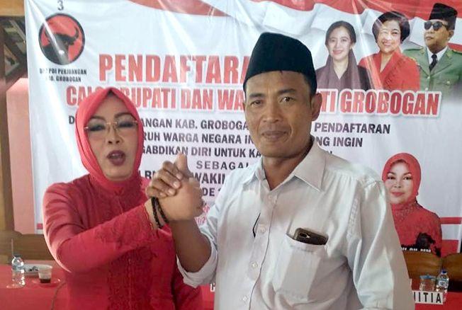 SALAM KOMANDO: Tri Arianto bersalaman dengan calon bupati Grobogan dari PDI P Sri Sumarni.