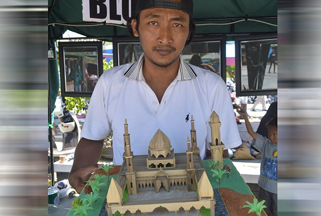 BERNILAI TINGGI: Agung Setiawan menunjukkan hasil karyanya dari bambu kemarin.
