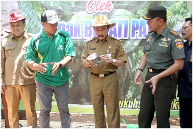 PERKEBUNAN: Bupati melakukan petik kelapa kopyor di Kebun Paradiso Ngagel, Desa Ngagel pagi kemarin