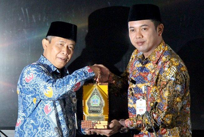 RUJUKAN: Wakil Bupati Gunungkidul, Immawan Wahyudi memberikan kenang-kenangan kepada Wakil Bupati Rembang, Bayu Andriyanto, di ruang rapat bupati.