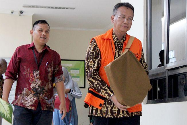 LESU: Akhmad Shofian usai jalani sidang perdana dakwaan di Pengadilan Tipikor Semarang kemarin.