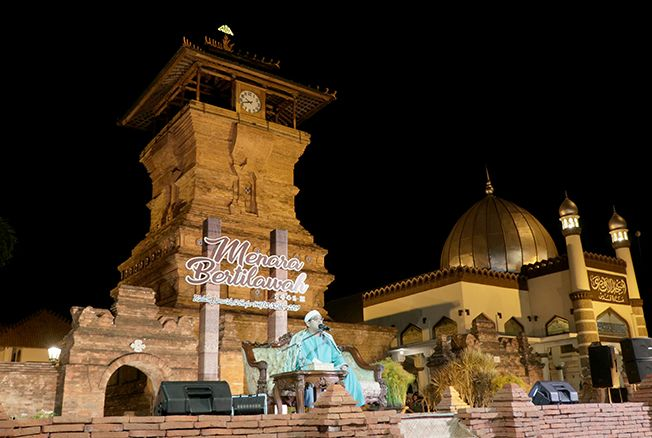 MENARA BERTILAWAH: Syeikh Mahmood Shahat qari internasional asal Mesir saat tilawah disaksikan langsung oleh masyarakat dalam pagelaran Menara Bertilawah 1441 H Kamis (10/10) malam.