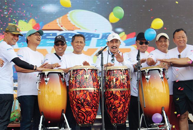 GEBYAR BERHADIAH: Pimpinan Wilayah BRI Semarang, Erizal menyerahkan CSR kepada Bupati Haryanto.