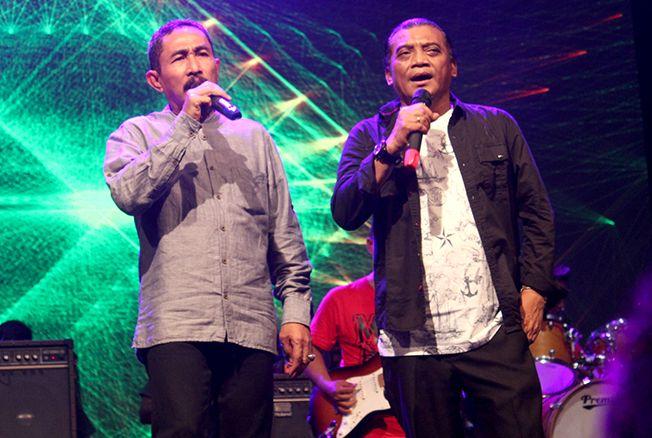 DUET: Bupati Haryanto menerima tantangan duet dari The Godfather of Broken Heart Didi Kempot kemarin malam.