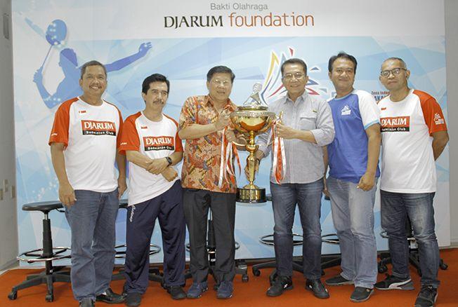 SERU: Direktur Program Bakti Olahraga Djarum Foundation Yoppy Rosimin beserta Panpel menunjukkan piala kejuaraan bulu tangkis antarmedia 2019 di gedung serbaguna GOR Djarum, Jati Kudus kemarin.