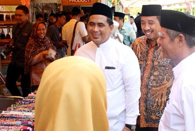 KELILING STAN: Wakil Gubernur Jawa Tengah Taj Yasin didampingi Bupati Kabupaten Rembang Abdul Hafidz mengunjungi tenda-tenda UMKM yang digelar dalam rangka Hari Santri.