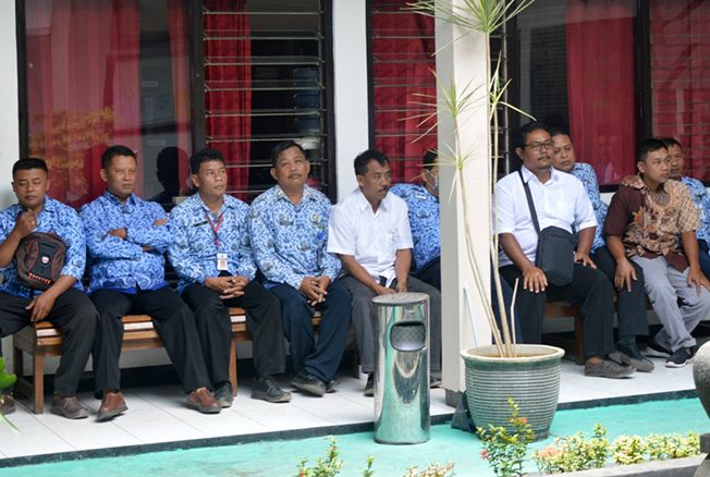 MEMENUHI: Para petugas Dinakikan menghadiri pemanggilan Kejati Jawa Tengah di Kejaksaan Negegri Blora belum lama ini.