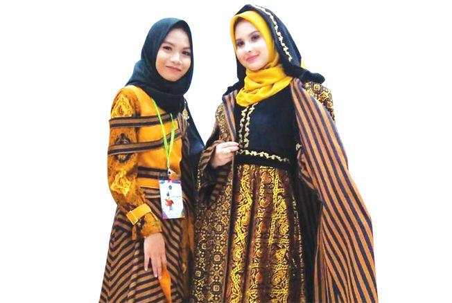 SANTRI BERPRESTASI: Salma Rosyidatunnuha bersama model yang mengenakan busana rancangannya.