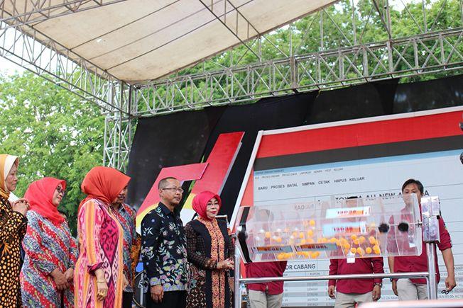 UNDI HADIAH: Bupati Grobogan Sri Sumarni mengundi hadiah Tamades PD BPR BKK Purwodadi di Alun-Alun Purwodadi Sabtu (26/10).