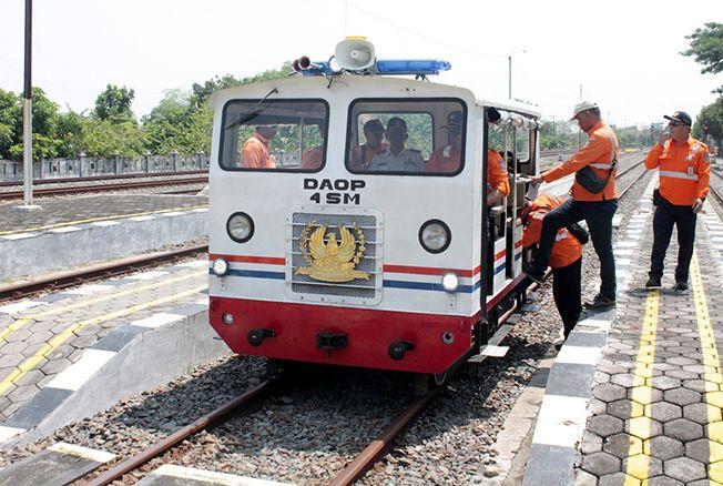 MENGECEK: Petugas Daop 4 Semarang melakukan sosialisasi ke warga sekaligus pengecekan jalur menggunakan lori di sepanjang jalur Stasiun Gambringan-Gundih kemarin.