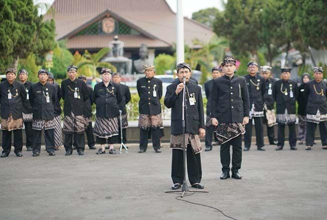 NGURI-URI BUDAYA: Bupati Pati Haryanto beserta ASN di Pemkab Pati apel dengan mengenakan pakaian adat kemarin.