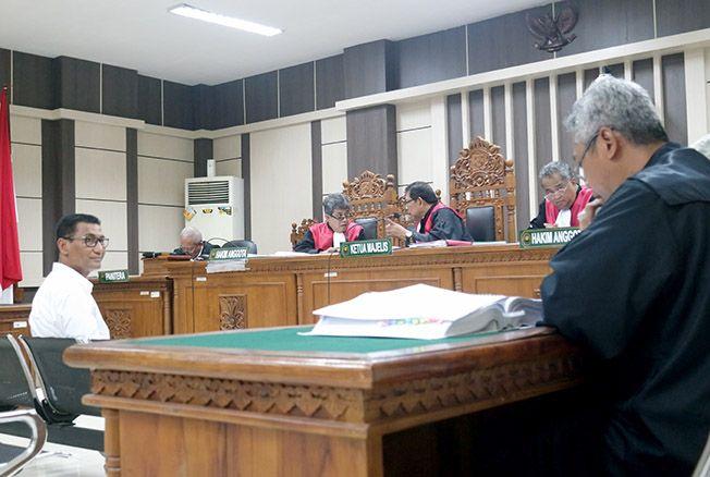 SIDANG TIPIKOR: Bupati Kudus Nonaktif Muhammad Tamzil saat memberikan kesaksian dalam persidangan terdakwa Ahmad Sofyan di Pengadilan Negeri Tipikor Semarang kemarin.