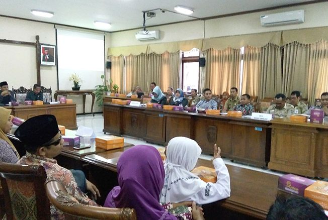 DENGAR PENDAPAT: Pansus III DPRD Jepara menggelar public hearing terkait Ranperda tentang Penyandang Disabilitas di Ruang Rapat R.M.P. Sosrokartono kemarin.