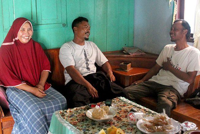 SANTAI: Calon kepala desa suami-istri Desa Telogotunggal, Sumber, Sumarno (tengah) dan Yuyun (kiri) menerima tamu di rumahnya kemarin.